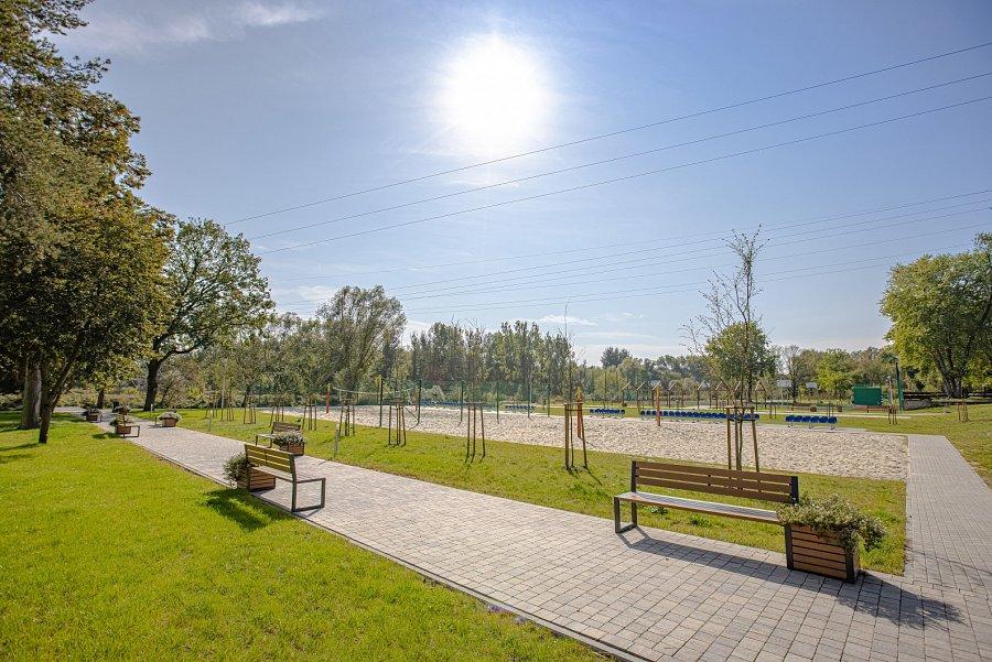 Chodniki, ławki iboisko do siatkówki plażowej na przystan iw Tomaszowie Mazowieckim